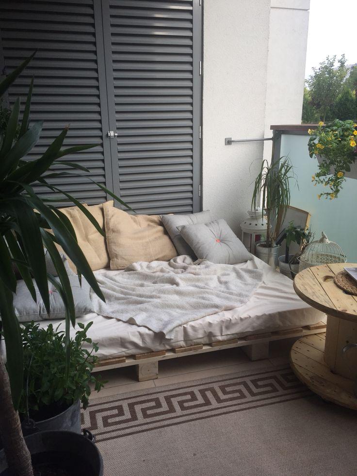 Balkon, metamorfoza,siedzisko z palet! Stolik szpulka