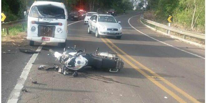 Em Jaguari, moto colide frontalmente com kombi de transporte escolar