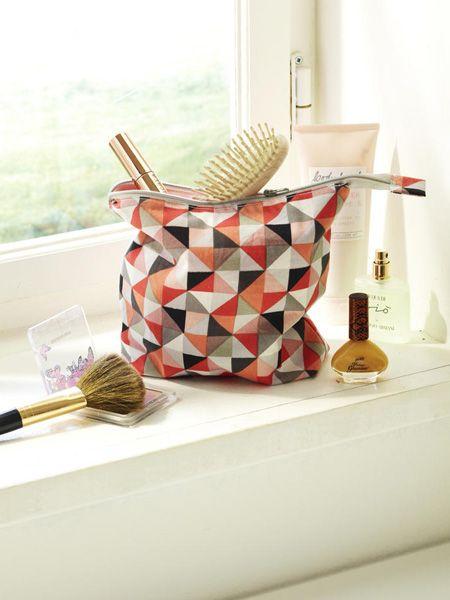 Eine schöne Kosmetiktasche ist für jede Frau ein Must-have! Wir haben drei zur Auswahl, die Sie ganz einfach selber basteln können.Das