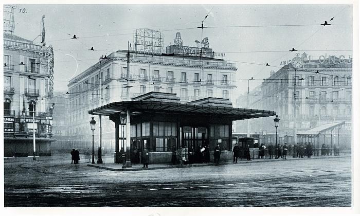 Metro de Sol en 1924...Para el servicio de la estación de Sol de la línea Cuatro Caminos, se construyó el año 1917 en pleno centro de la plaza una marquesina que daba acceso a dos escaleras y un ascensor, quedando sitio para ubicar otro cuando las necesidades así lo dictaran. ....