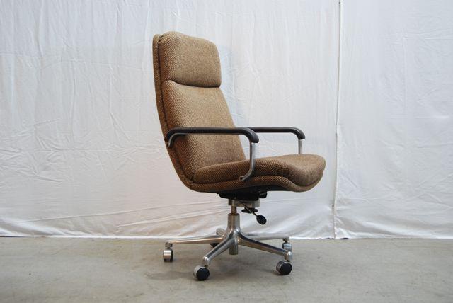 SOLD / Mooie originele verstelbare (zware) bureaustoel met gemêleerde stoffering (ploegstof) in bruin crème met donker bruine lederen/aluminium armleuningen. De stoel staat op een geborsteld (gegoten) aluminium stervoet met 5 wielen. Het ontwerp is van Geoffrey Harcourt voor Artifort.