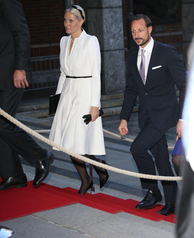 Kronprinsessen valgte antrekk fra hertuginne Kates favorittdesigner til årets nobelutdeling.