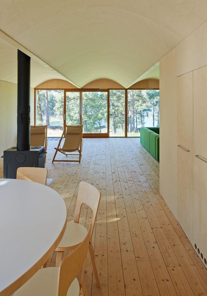 Schlichtes Esszimmer mit Parkettboden aus Fichte