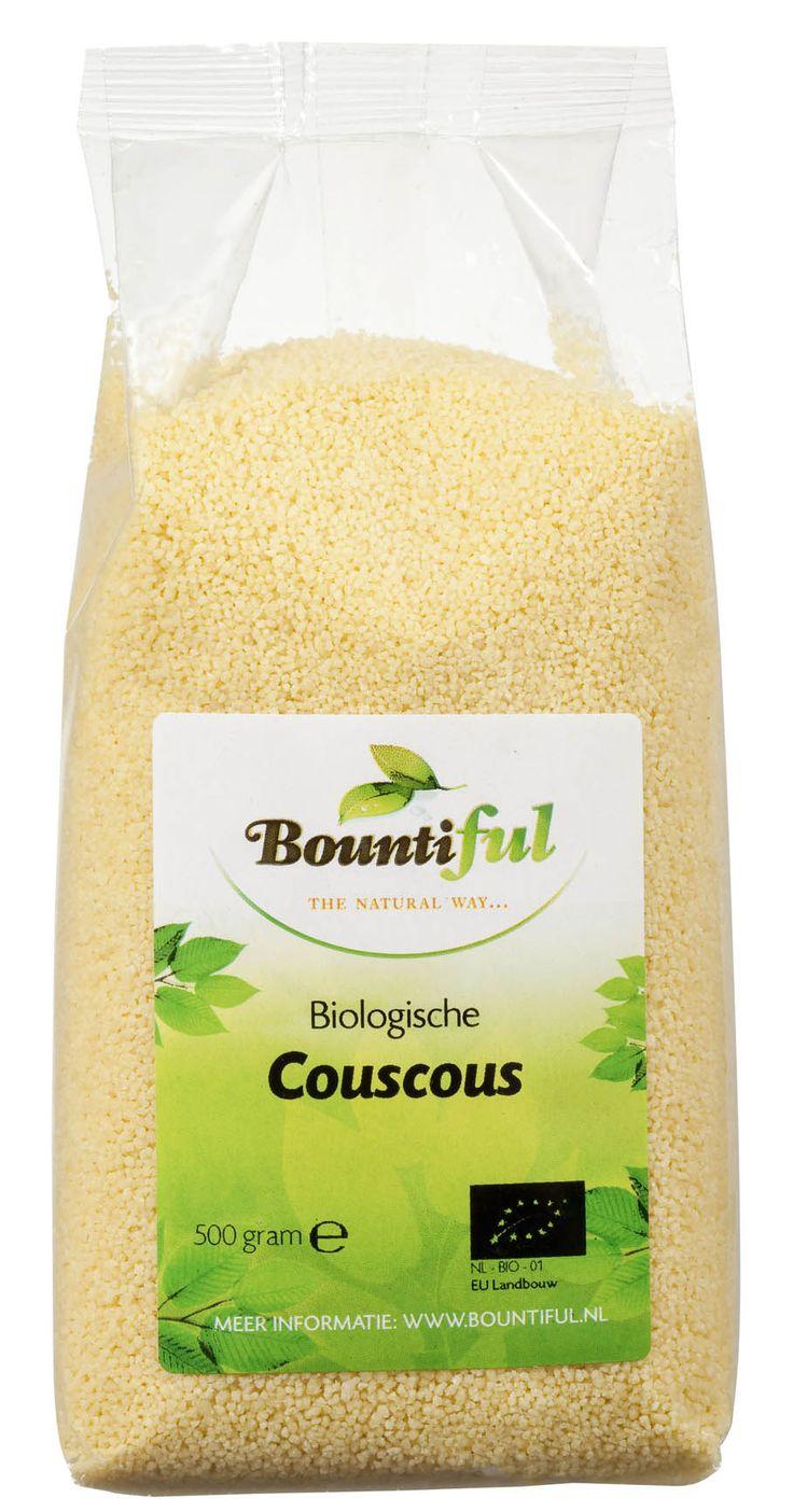 Couscous wordt gemaakt uit durum tarwemeel en water. In de fabriek mengen ze deze met elkaar tot een deeg en daarna wordt dit mengsel gestoomd. Er ontstaan elkaar geplakte couscousballetjes. Met messen worden deze uit elkaar gehaald, vervolgens worden ze gedroogd, gekoeld en gezeefd.   Reken ongeveer 75 gram couscous per persoon. Couscous kan je wellen in water dat net van de kook is met een scheutje olie en wat zout. Dat duurt maar 1 of 2 minuten. Daarna kun je het eventueel nog roerbakken.