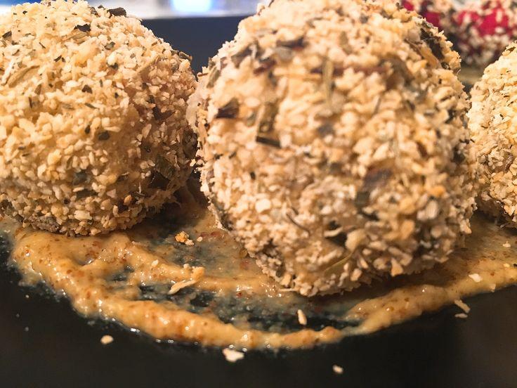 Non sapete cosa mangiare stasera?? Ve lo dico io! Polpettine di Topinambur! Veloci, leggere e super golose!  La ricetta qui -> http://www.unanerdincucina.it/tutti-pazzi-le-polpette-pt-2-polpette-topinambur/ #unanerdincucina #foodporn #meatballs #polpette #foodblogger #food #picoftheday #instafood