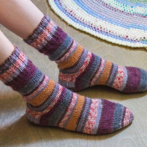 Плодотворной недели всем!  А моя началась с носочков для Маруси.  В моточке цвет казался так себе, поэтому я долго не приступала к этой пряже.  А оказалось,  зря.  Очень насыщенные и веселые носочки получились  #олино_рукоделие#олины_носки  #вязание#спицами#вязание#вяжутнетолькобабушки#рукоделие#носки#crochet #knitting #handmade#hobby#yarn#colors#коми#эжва#nofilter#sockknitting#socks@knit.world#forknitworld#bm_knitting#knitsocks
