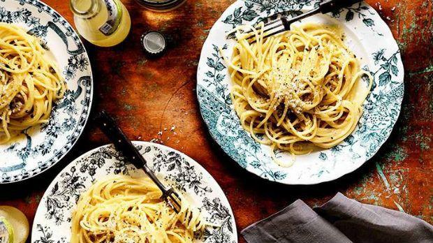 Občas se stane, že prostě nestačíte nakoupit nebo vám do dveří vrazí nečekaná návštěva. Nezoufejte, italská kuchyně je plná bleskových receptů, na které budou stačit zásoby ze špíze.