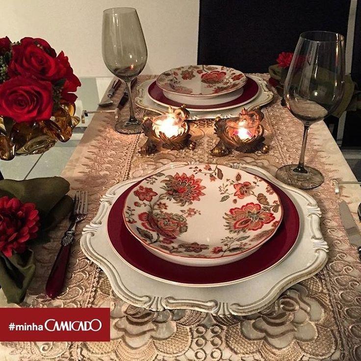 """Jantar romântico pede dedicação na hora de pôr a mesa. A @helvia_mesas veio pra te inspirar: usou a delicadeza do floral para o momento e teve de resultado um """"incrível"""" em maiúsculo! Nós amamos. Envie fotos usando os nossos produtos com a #MinhaCamicado."""