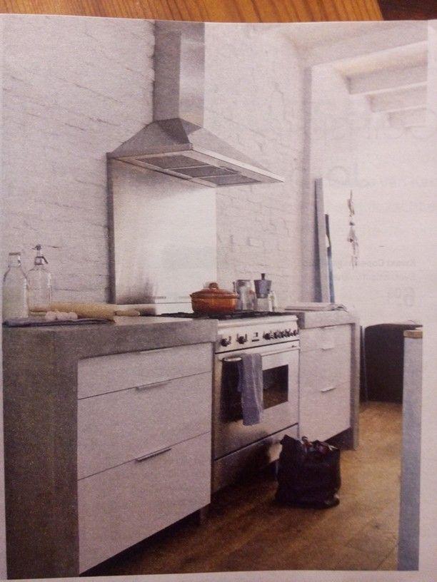 Betonlook (pandomo) in combi met strak witte kastjes en robuust witte muren. En houten vloer
