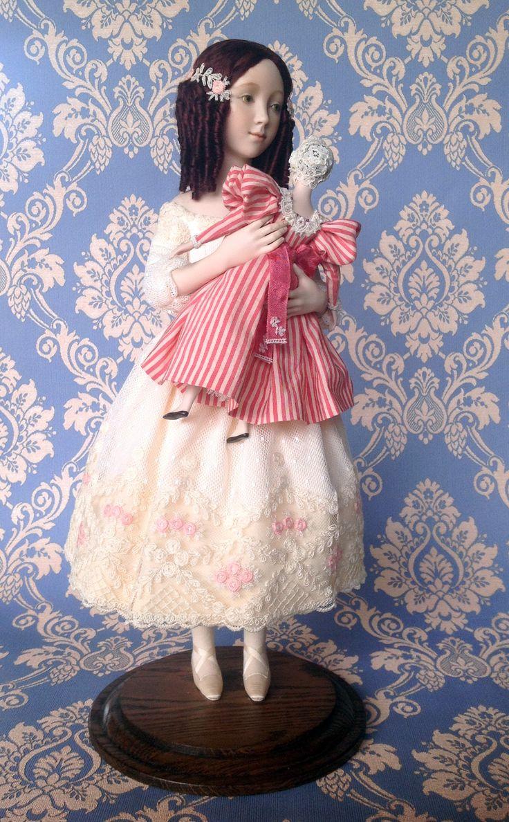 Liza ( A. Koukinova) E' una bimba della  metà degli anni 40 del secolo 19°. L'abito è in pizzo francese Biancheria intima di seta è decorato con pizzi antichi. Le scarpe sono fatte di seta. Le calze in tela viscosa di maglieria. La parrucca è fatta di mohair naturale. La pittura e il vestito della  bambola giocattolo corrispondono alle bambole di stile Biedermeier - degli anni 30 del XIX secolo. Il cappello e le decorazioni del vestito della bambola sono fatte in pizzo antico. La parrucca è…