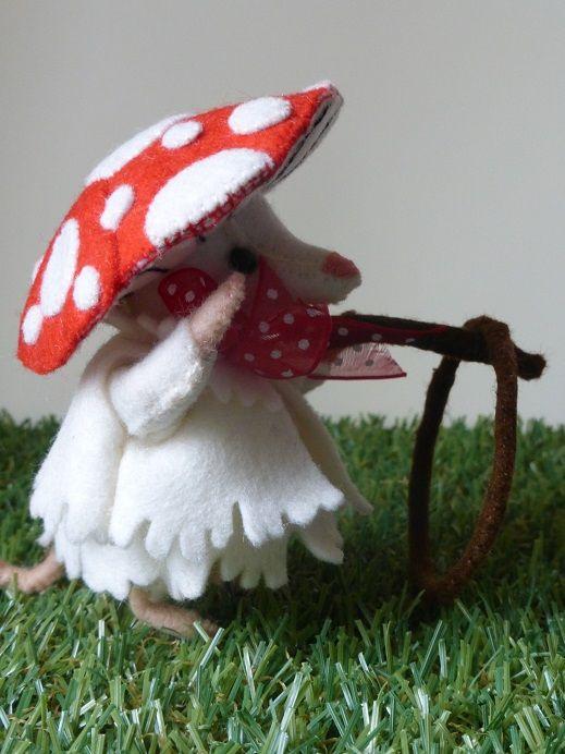 Hoelahoepen  Dit kleine muisje is verkleed als paddenstoel, haar jurkje en jasje zijn van ecru vilt en haar muts is een paddenstoel hoedje. Ze speelt graag verstoppertje of met haar hoelahoep