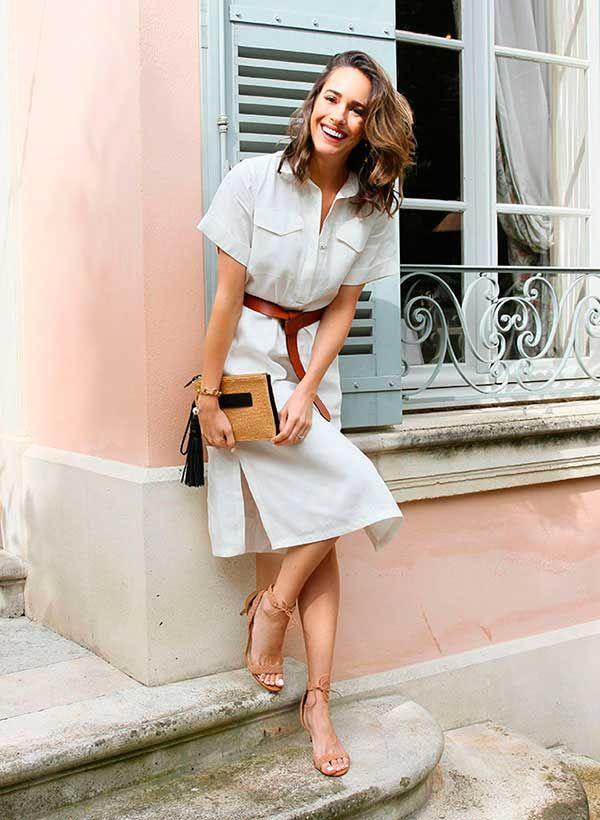 Louise Roe usa vestido chemise com cinto marrom na cintura e sandálias nude