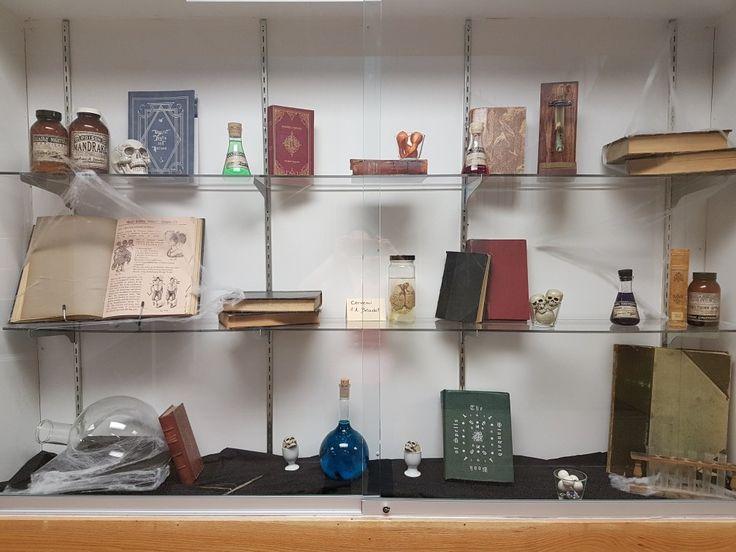 Library display. Bibliothèque.  Halloween