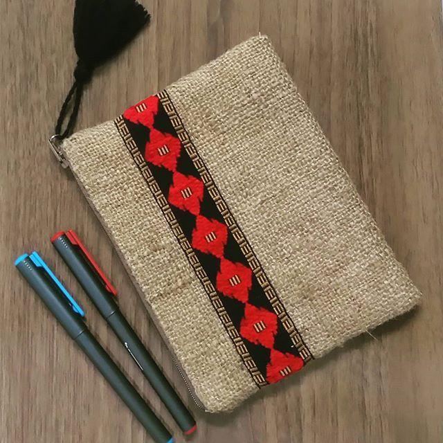 Jüt kumaş el çantası  Fiyat:30 TL   Astarlı,iç cepli.  #dikiş #elyapimi #çanta #jütkumaş #clutch #elcantasi #bag #elemeği #aksesuar #tasarım #kumascanta #bezçanta #handmade #handbag #handmadebag #antalya #accessories #stitch #moda #fashion #tasarım #design #designer #etnik #authentic #bohem #bohemian #yazçantası #authenticbags #çuvalbezi