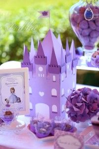 """A pequenina Camila fez 4 anos. E como adora a Princesa Sofia, inspirámo-nos nela e criámos uma festa à altura de umaverdadeira princesinha. O Clube de Ténis, em Carcavelos, foi o cenário ideal para montar este verdadeiro conto de fadas quetodos adorararam. A decoração, em tons de alfazema e rosa, incluia as mais irresistíveis guloseimas, sob várias formas: um bolo""""Vestido de Princesa"""", um armário com vestidos em Bolacha, e sapatos de cristal recheados com doces. E ainda: Coroas…"""