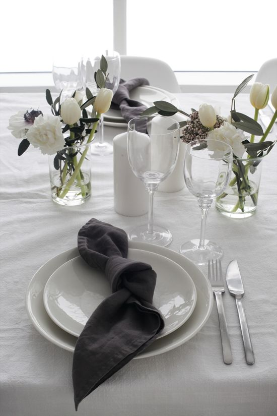Jeg liker å dekke bord til både små og store anledninger, og jeg liker å gjøre det enkelt - men fint. Som oftest synes jeg at noe grønt fra hagen, levende lys og linservietter er det som skal til. Som … Les videre
