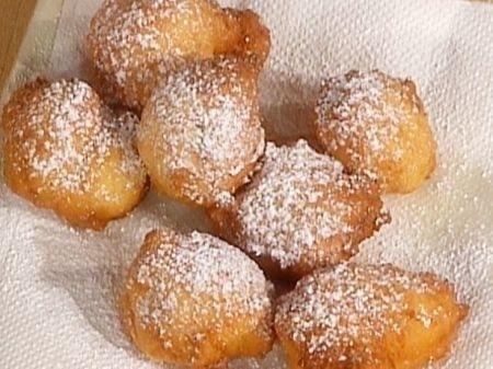 Ricetta per preparare delle deliziose e golose frittelle a base di ricotta, perfette pe runa merenda con i bambini (una volta tanto non e' cosi' male)