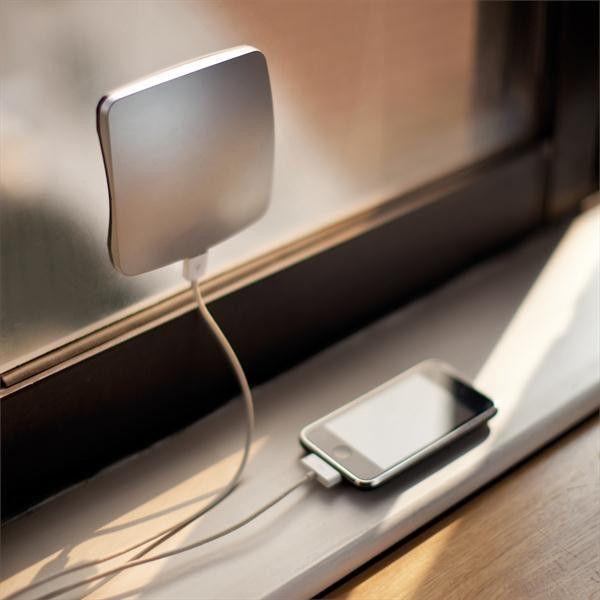 Window può essere utilizzato per ricaricare il tuo cellulare, lettore MP3 in ufficio, in macchina, o a casa. Con la batteria integrata al litio ricaricabile 1400mAh. Poiché il caricabatterie si può attaccare a una finestra si affaccia sempre al sole. Questo rende il processo di carica solare ancora più efficiente. Il caricabatterie è dotato di un'uscita USB led che indica la ricarica e mini-USB input. Include un cavo mini USB. Window è un caricatore solare con un grande pannello solare.