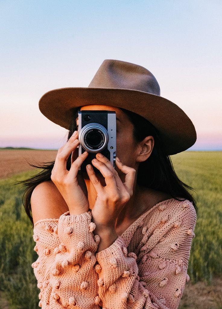 Rosa Copado for We Are Knitters. La fotógrafa reinterpreta algunos de nuestros básicos con su cámara y a través del espejo.  Sabrina Sweter