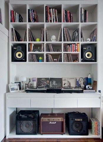 Os nichos da estante foram pensados um a um e têm espaço sob medida para as caixas de som e os dois tipos de discos: os de vinil de 12 poleg...