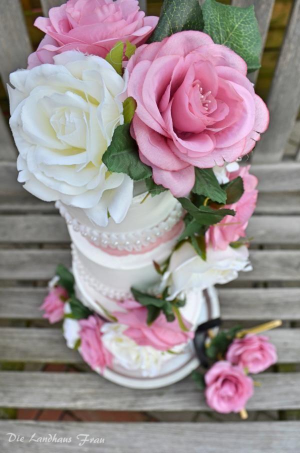 DIY Kreatives Geldgeschenk zur Hochzeit. Hochzeitstorte aus Gips gefüllt mit Geld selber machen.