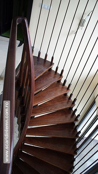 scari interioare din lemn pe vanguri cu trepte suspendate pe corzi
