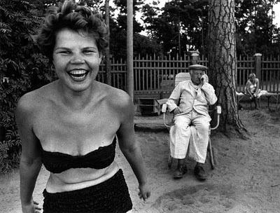 William Klein. BAM 06/06 William Klein est un photographe descendant dans la rue et attendant que quelque chose se passe ; restant dans la solitude de l'instantané, n'ayant pas de relation avec les gens qu'il photographie. On est alors plus du côté de la performance que de l'expérience. On est dans la logique du prélèvement.
