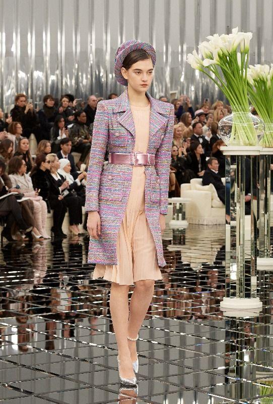 Začátkem tohoto týdne se Grand Palais v Paříži přenesl do třicátých let minulého století. Karl Lagerfeld zde prezentoval kolekci Chanel na sezónu jaro – léto 2017 Haute Couture. Jak to dopadlo? Podívejte se s námi na úžasnou přehlídku plnou barev, třpytu a krejčovského umění.