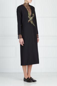 Шерстяное платье Gucci. Длинное шерстяное платье с глубоким V-образным вырезом украшено аппликацией из страз в виде птицы в зоне декольте. Модель из первой коллекции Алессандро Микеле для Gucci стала настоящим хитом сезона.