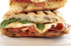 Questo panino è fresco e rapido da preparare, ideale per uno spuntino in spiaggia…o anche per una consolante pausa pranzo, per chi resta in città.