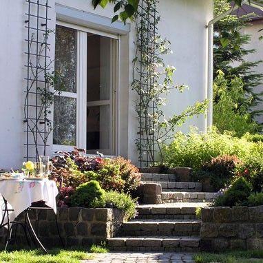 Ogród na trzech poziomach zlokalizowany w Nowej Wsi to projekt Pracowni Sztuki Ogrodowej z Warszawy. http://www.sztuka-krajobrazu.pl/436/slajdy/ogrod-na-trzech-poziomach-w-nowej-wsi
