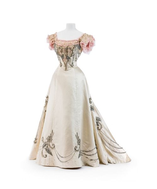 1895, France Ball gown by Jeanne Paquin Silk, imitation pearls, sequins, lace Kunstgewerbemuseum, Staatliche Museen zu Berlin
