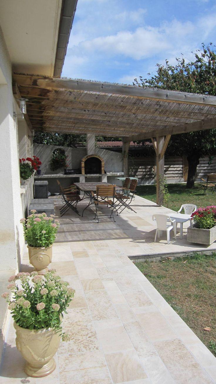 Beautiful garden space with natural stone flooring and fire pit. Terrasse ombragée en pierre naturelle de Bourgogne : Wall & floor coverings by Ateliers Pierre de Bourgogne