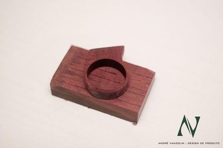 Anel feito em madeira roxinho.