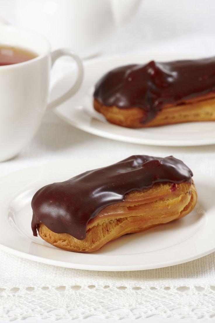 L'éclair au chocolat est un grand classique de la pâtisserie. Quelle que soit la boulangerie dans laquelle vous vous rendez, vous êtes pratiquement assurés de tomber sur cette délicieuse pâtisserie à l'onctueuse crème pâtissière. Grâce à Régal, réalisez vous-même une recette d'éclair au chocolat. Attention, il faut un minimum de savoir-faire !