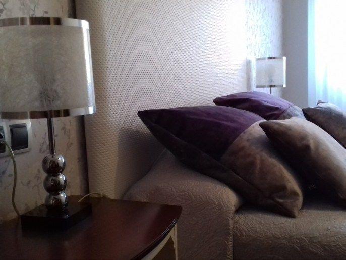 renovacion-dormitorio-cabecero-polipiel-blanca-y-textiles-de-diferentes-texturas-y-tonos