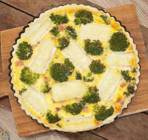 Deze quiche met broccoli en brie is makkelijk om te maken, snel klaar en ontzettend lekker. Fijn bij de lunch, brunch of als lichte avondmaaltijd.