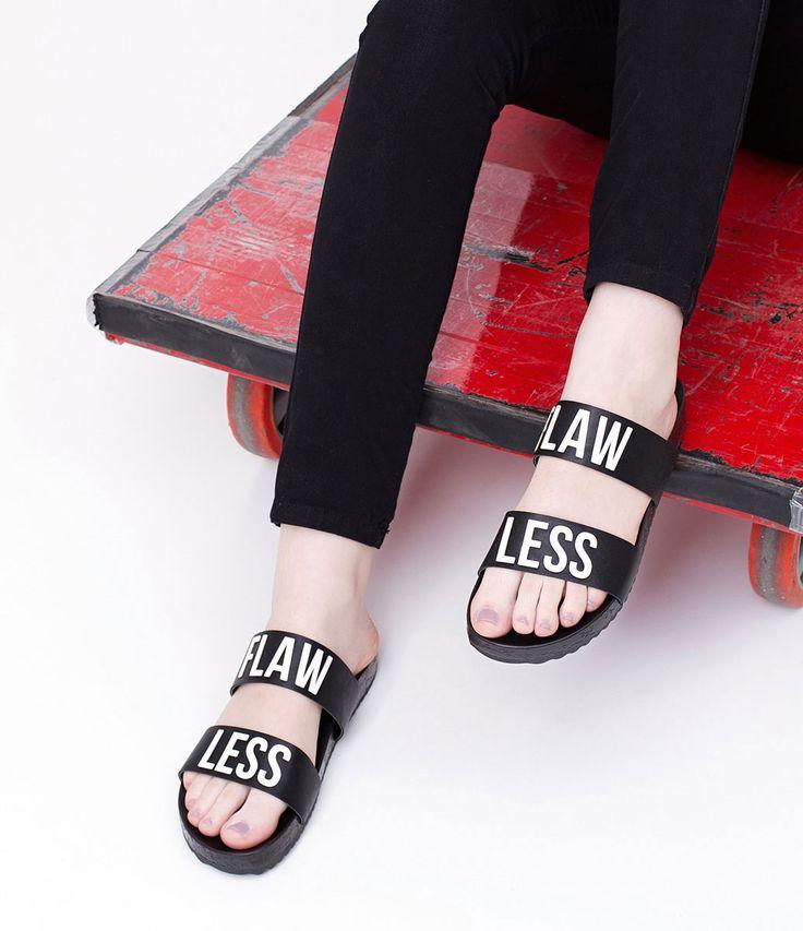 Rasteira feminina  Material: sintético  Marca: Satinato     COLEÇÃO VERÃO 2017          Sobre a marca Satinato     A Satinato possui uma coleção de sapatos, bolsas e acessórios cheios de tendências de moda. 90% dos seus produtos são em couro. A principal característica dos Sapatos Santinato são o conforto, moda e qualidade! Com diferentes opções e estilos de sapatos, bolsas e acessórios. A Satinato também oferece para as mulheres tudo que há de melhor com muito luxo, glamour, variedade…