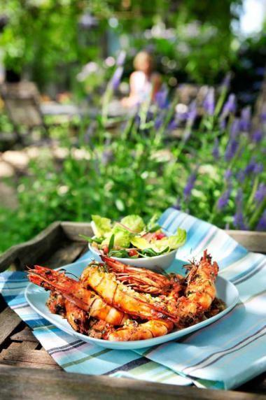 Gemarineerde gamba's met een zuiderse salade http://njam.tv/recepten/gemarineerde-gambas-met-een-zuiderse-salade