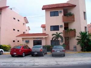 Grand Royal Lagoon es uno de los mejores hoteles 3 estrellas en Cancún y se encuentra ubicado frente a la laguna Nichupté, sin duda alguna, este hotel tiene para ofrecer muchas alternativas de diversión para gente de todas las edades.