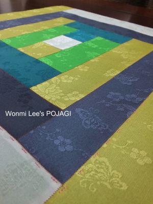 ウォンミ リーのポジャギな日々 縁の周りには、鮮やかなピンク糸でサンチムを 刺し、表地と裏布を巻きかがり縫いでかがり仕上げます。