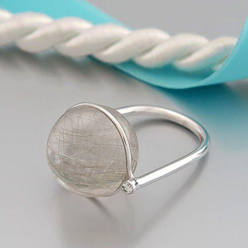 18K/750 Weißgold - punziert, Gewicht: ca. 8,9 g, Besatz: 1 Rutilquarz-Kugel, ca. 16 mm Ø, weitere Besatz: 1 Brillant ca. 0,03ct w/vsi (Stein in gefasstem Zustand graduiert), Breite Ring: ca. 1,9 mm (Ringschiene) - 16,9 mm (Ringkopf), Breite Ringkopf mit Brillant: ca. 20,6 mm, Ringweite: a. 52 (16,5 mm Ø)