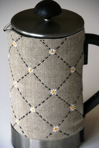 ¡Qué trabajo más delicado! Muy lindo. Embroidered coffee cosy