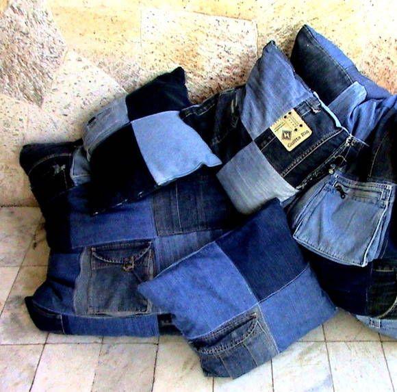 Capas de Almofadas em jeans, vazias.. Como é artesanato, não tem uma igual a outra. Um charme! <br>Temos 2 tamanhos capas.( 80x80) =111,00e (40x40)= 39,00 <br>O tamanho da almofada vc escolhe. calcule o valor assim:-Cada quadradinho de 20cm custa 3,00, São 8 quadradinhos na almofada pequena mais o ziper 15,00 <br>( atrás é um pano único, os 8 quadradinhos é para efeito de cálculo. <br>Consulte disponibilidade. <br>Faço colchas Jeans. Lindas!! <br>Nas colças são cobrados os quadradinhos + o…