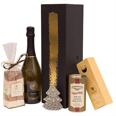 Cadou pentru Craciun A27. #Cadou pentru #Craciun include #Prosecco extra dry DOC Millesimato Vinopera Bervini 1955, #ciocolata belgiana premium Pralibel, specialitati artizanale de #bezea Guimauve Les Saveurs d'Yveline, fursecuri tradiționale englezești Vintage Xmas Tube Gold Farmhouse, #lumanare parfumată bradut sculptat. Produsele de calitate sunt ambalate intr-o cutie pentru cadouri Noir, potrivita ca semn de apreciere pentru angajati si parteneri de afaceri cu ocazia sarbatorilor de…