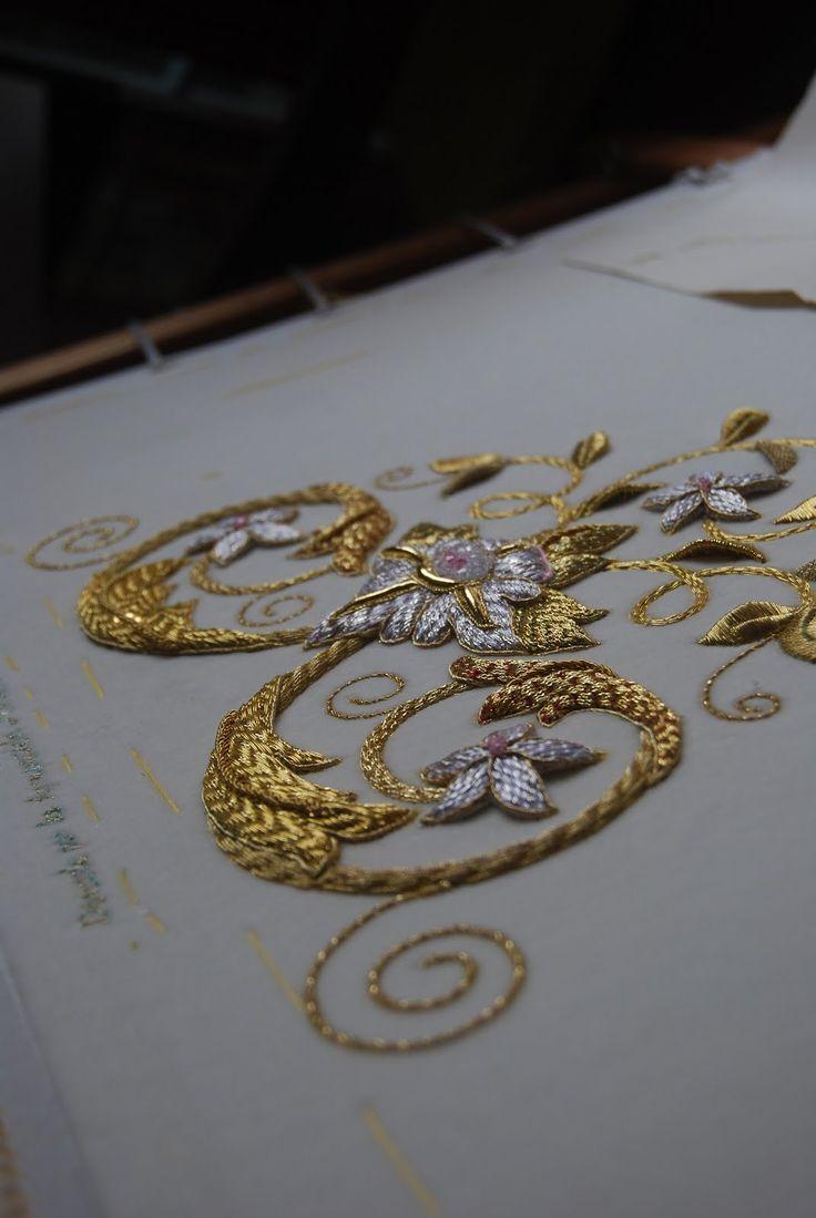 Pecherín bordado en oro, plata y sedas con diferentes técnicas como cartulina, hojilla, puntita... Es el pecherín complemento a la saya marfíl realizada para la Virgen de la Amargura de Peñarroya-Pueblonuevo de Cordoba.