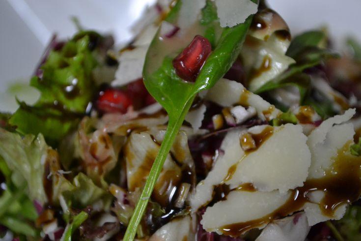"""Μια ιδιαίτερη εορταστική σαλάτα ετοιμάζει ο σεφ Κώστας Κωβαίος για τη """"Ραδιοτηλεόραση"""", ιδανική για να συνοδεύσουμε το γεύμα μας τις γιορτινές ημέρες."""