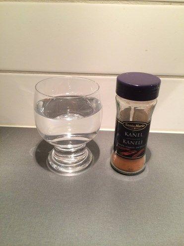 Det här behövs till experimentet: ett genomskinligt glas vatten kanel ett finger ;-) Som ni kanske märker både i mina teman och i mina pyssel så finns det en ta