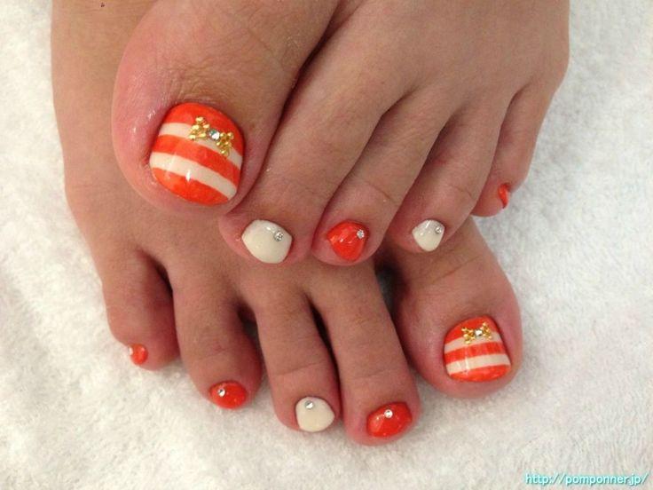 オレンジとオフホワイトのボーダーで落ち着いた色使いがかわいいデザインのフットネイル Border of off white and orange nail foot of cute design