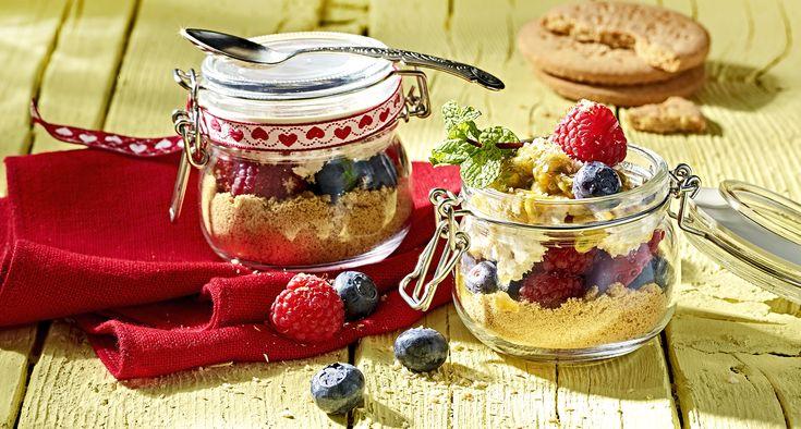 Tiramisu gelado com frutos vermelhos e fruto da paixão